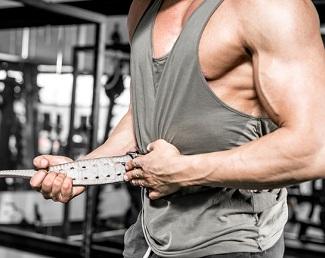En man som spänner sitt bälte för styrkelyft